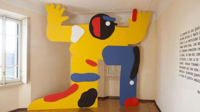 """Sarah Mazzetti creó esta """"cosa"""" de madera gigante para la exposición TICTIG en Casa Testori"""