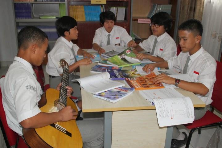 siswa dan guru mata pelajaran yang lain di buat senang oleh matematika Lagu Matematika: Raih Masa Depan Bersamaku