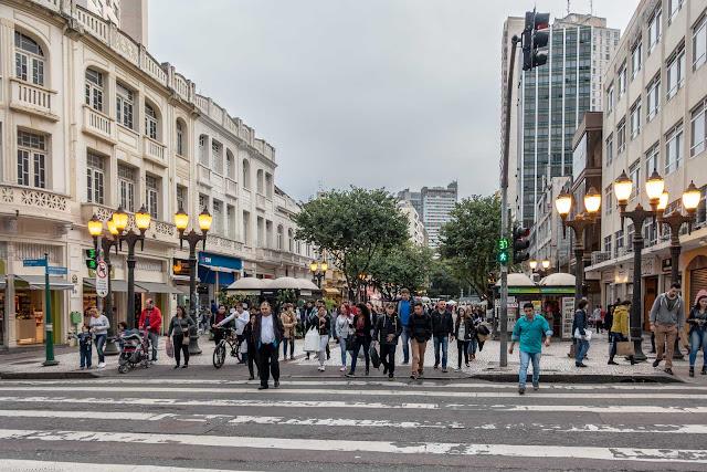 Rua XV de Novembro com Alameda Doutor Muricy, na hora que abriu o sinal para os pedestres