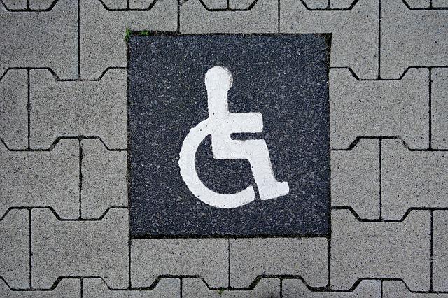 Jogtalanul használhatták a mozgássérült parkolóhelyeket