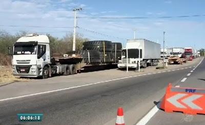 PRF apreende carga ilegal de pneus na rodovia BR-222, em Sobral