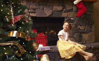 fetita frumoasa asteapta cadourile