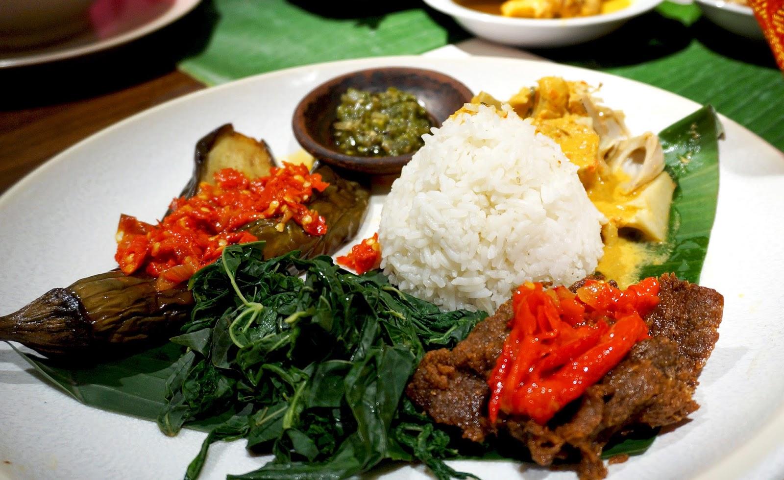 Nasi padang (damniloveindonesia.com)