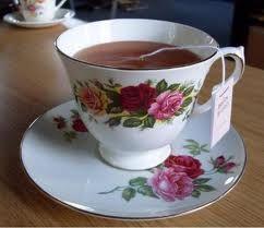 Taza de té con saquito en su platillo