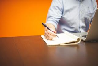 penna che scrive su quaderno