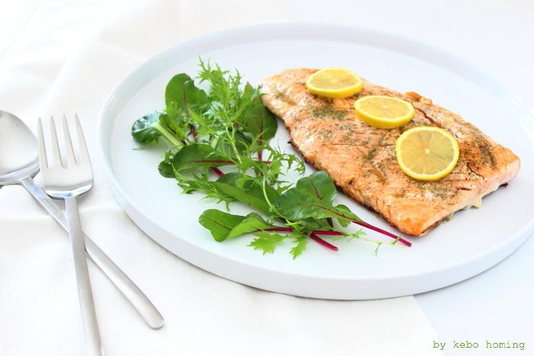 leichte und schnell gemachte Frühlingsküche mit Fisch, bunte Blattsalate und glasig gebratenes Lachsfilet, das Rezept gibt es auf dem Südtiroler Food- und Lifestyleblog kebo homing, Foodstyling und Fotografie