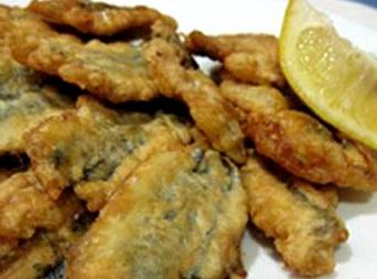 Foto de una comida de anchovetas (Arrebozado)