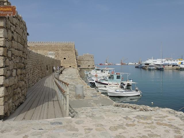 Heraklion in Kreta: bruisend zeewater en kleurrijke vissersbootjes
