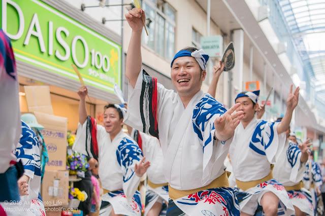 天翔連、高円寺パル商店街での流し踊り、男踊りの写真 2
