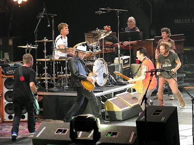 neil young news pearl jam joined by neil young for 39 rockin 39 in the free world encore last. Black Bedroom Furniture Sets. Home Design Ideas
