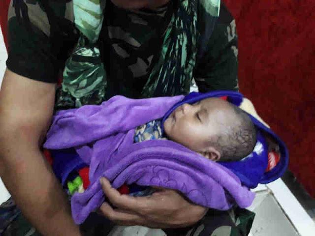 Anggota Yonif RK 751VJS Selamatkan Bayi Korban Banjir di Sentani