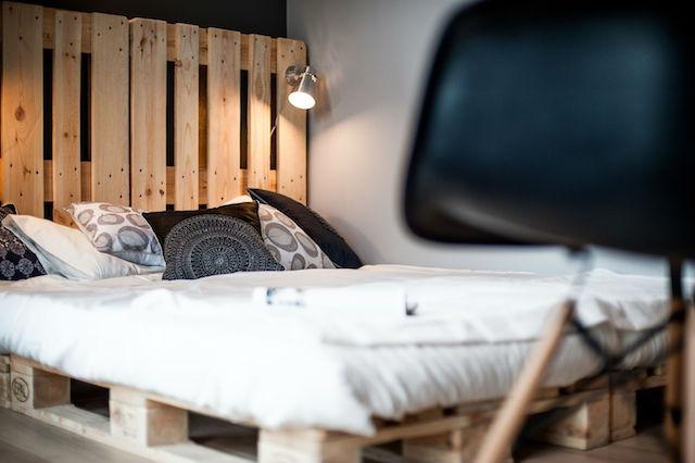 dormitorio con cabecero y somier de palets