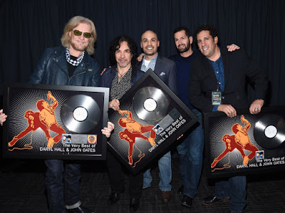 Hall & Oates receive plaque for platinum sales