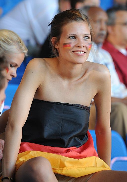 Aficionadas Y Animadoras Alemana Desnuda Se Tapa Con La Bandera