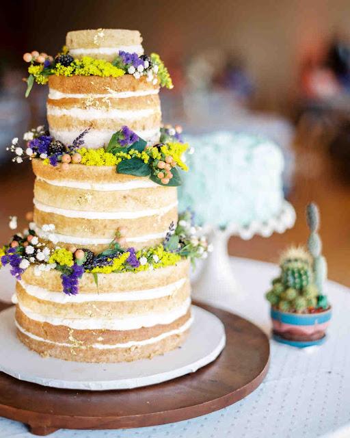naked cake ozdobiony polnymi kwiatami, polne kwiaty na weselu, polne kwiaty na torcie