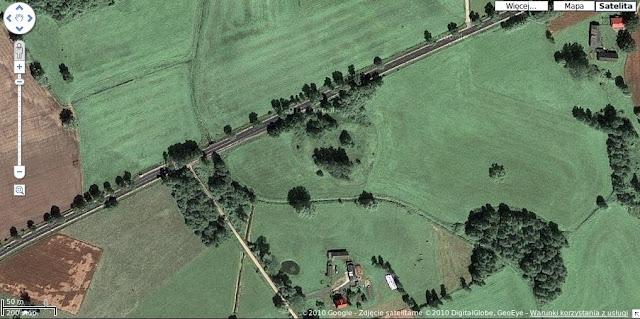 Grodzisko wczesnośredniowieczne pierścieniowate w Mokrzku - zdjęcie satelitarne z portalu zumi