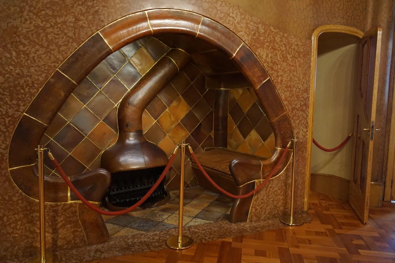 カサ・バトリョ(Casa Batlló) 2階 キノコ型の暖炉と椅子のセット
