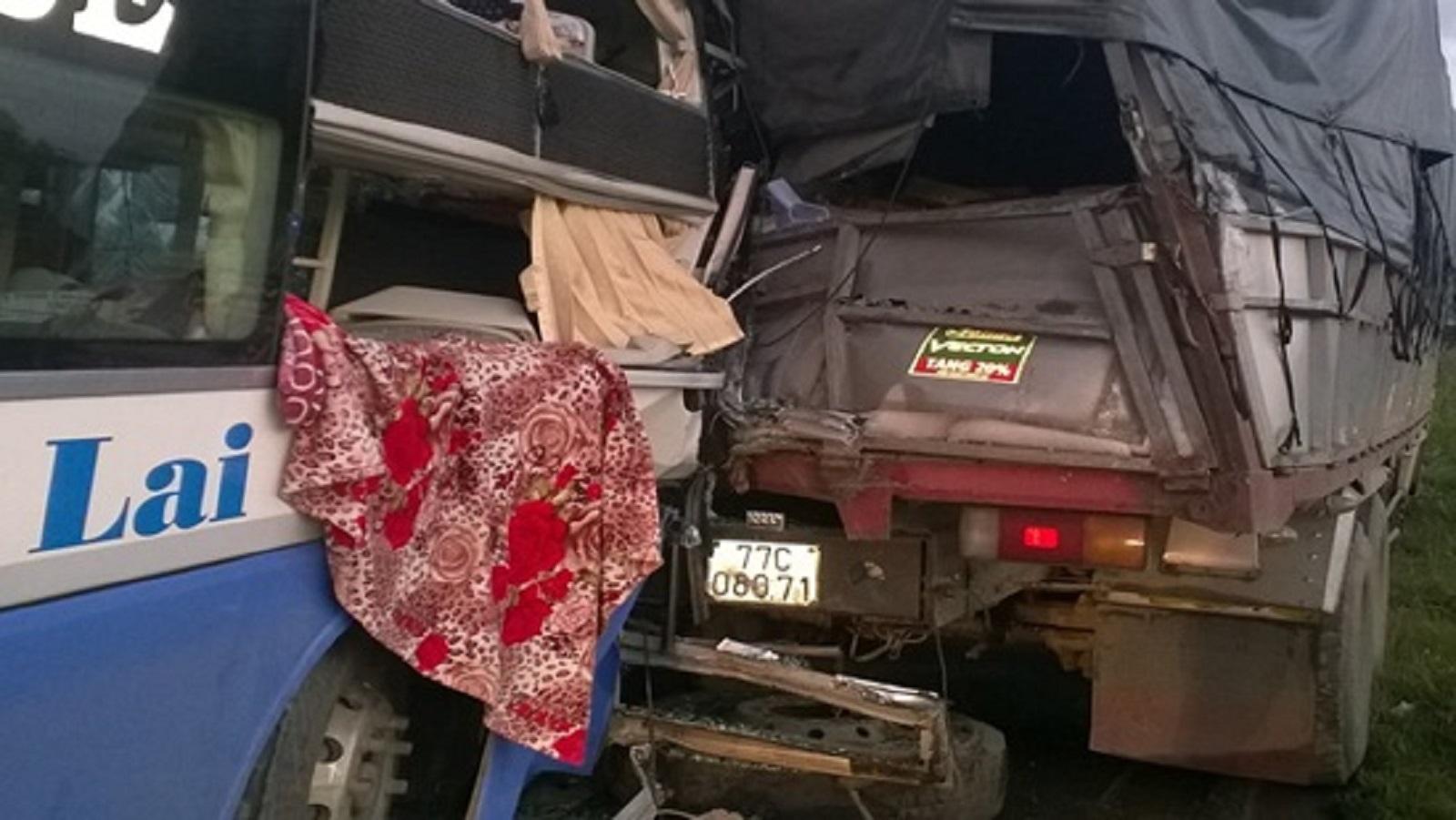 Xe khách đâm vào đuôi xe tải, 9 người bị thương nặng