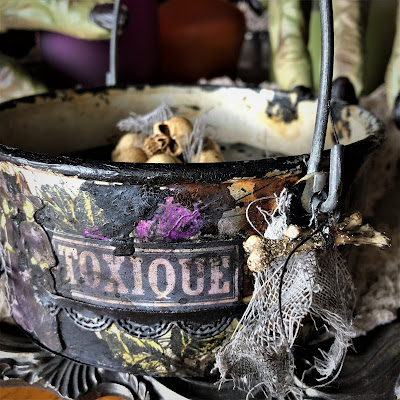 Sara Emily Barker sarascloset https://sarascloset1.blogspot.com/2018/10/a-tiny-witching-cauldron.html Altered Cauldron with Tim Holtz Sizzix Alterations, Distress and Ideaology 2