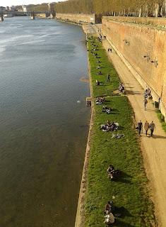 Muelle de la Daurade con gente disfrutando de una tarde de sol junto al rio Garona, Toulouse. ©Selene Garrido Guil 2016