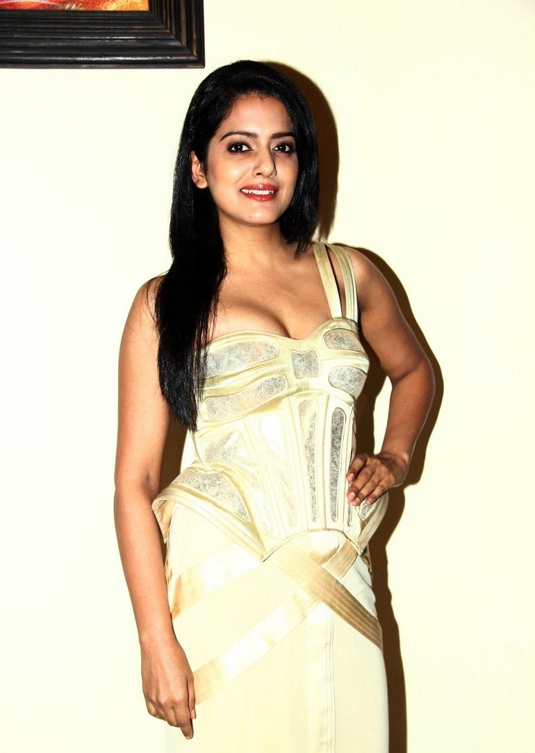 Bollywood Actress Vishakha Singh Hot Long Hair Sizzling Stills In