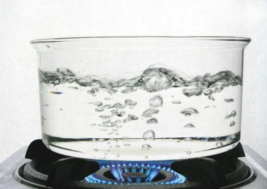 सर्दी होने पर गर्म पानी पीयें