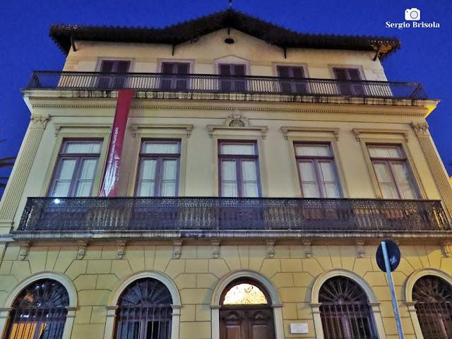 Foto noturna da fachada da Casa da Imagem de São Paulo / Casa Numero 1 - Centro