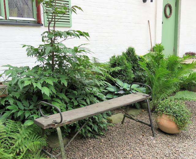 Nyt en hage fra Trädgårdsrundan i Helsingborg - En herlig sittebenk med beplantning rundt IMG_5859 (2)-min