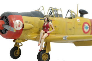 photo d'une pin up et de la maquette du T-6 Texan d'Italeri au 1/48.
