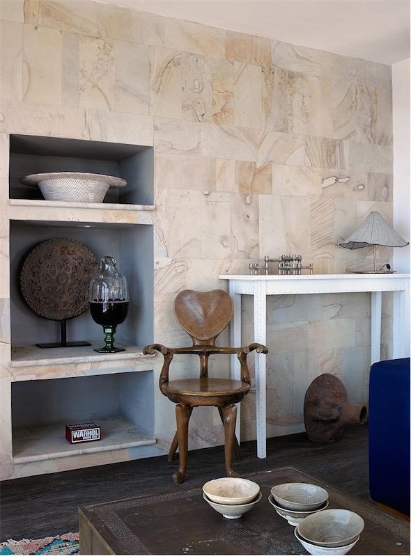 casa en Ibiza decorada con aire bohemio silla de madera artesanal chicanddeco
