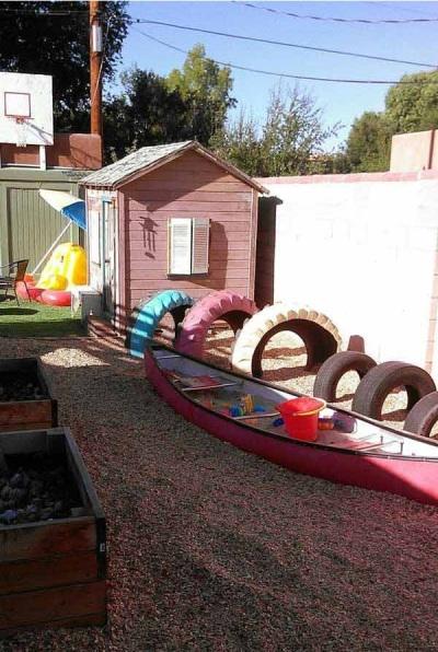 Perahu kayu bekas jadi tempat bermain anak-anak di halaman belakang rumah.