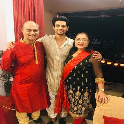 Shakti Arora with his parents