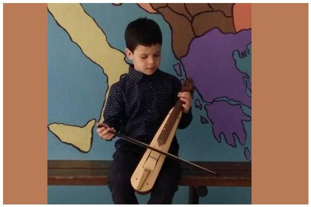 Πεντάχρονος δεξιοτέχνης στην Ποντιακή λύρα
