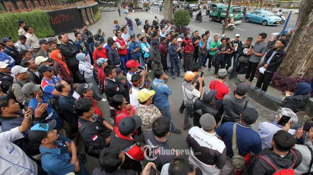 Puluhan Ribu Buruh Gelar Aksi Unjuk Rasa ke Istana Negara dan Balaikota