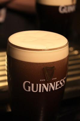 Ein perfektes Guinness - achtet auf das Kleeblatt im Schaum © Copyright Monika Fuchs, TravelWorldOnline