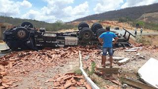 Caminhão que transportava telhas de Parelhas tomba em rodovia da Paraíba