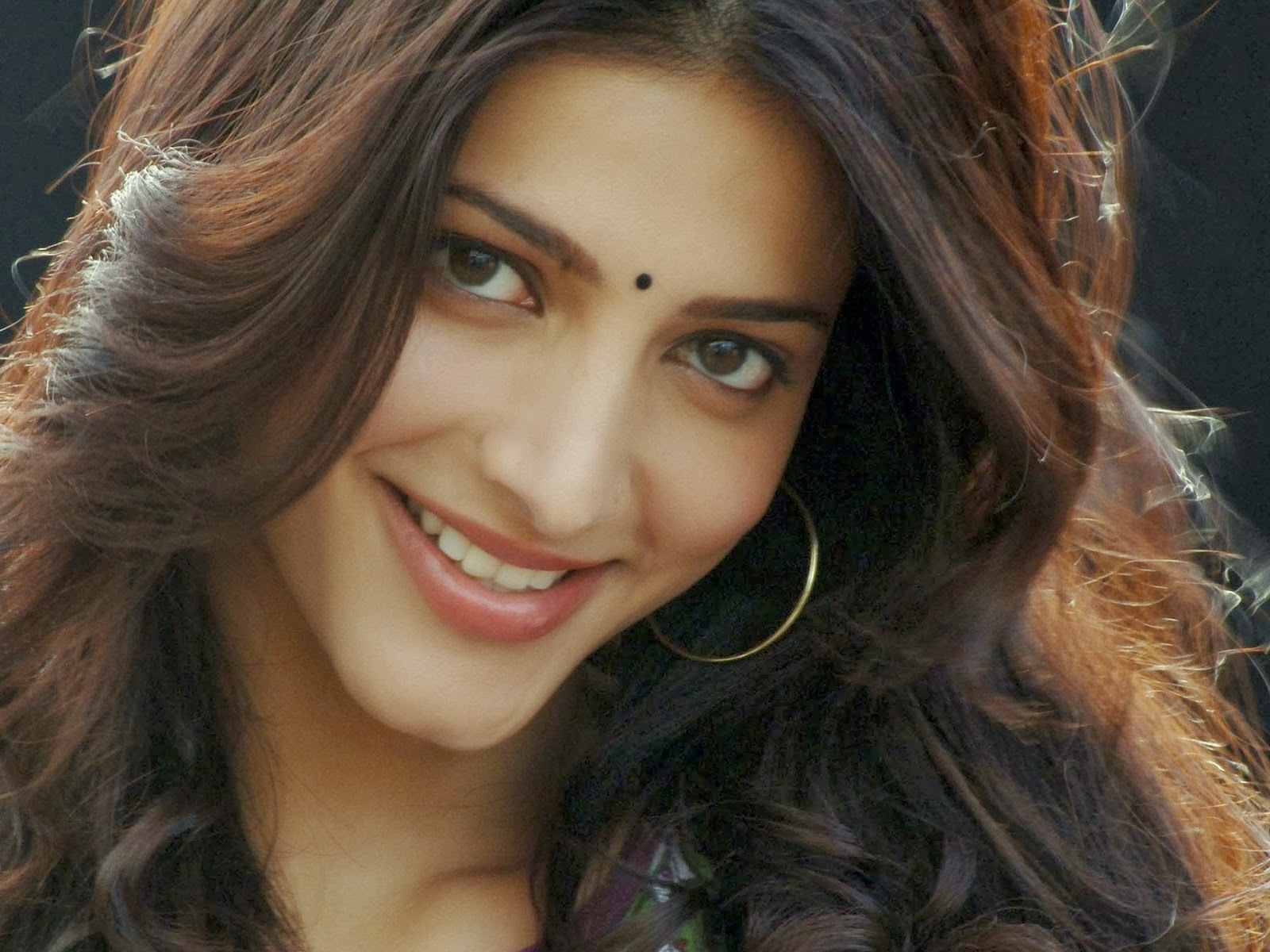 Shruti Haasan: HIGH RESOLUTION PICTURES