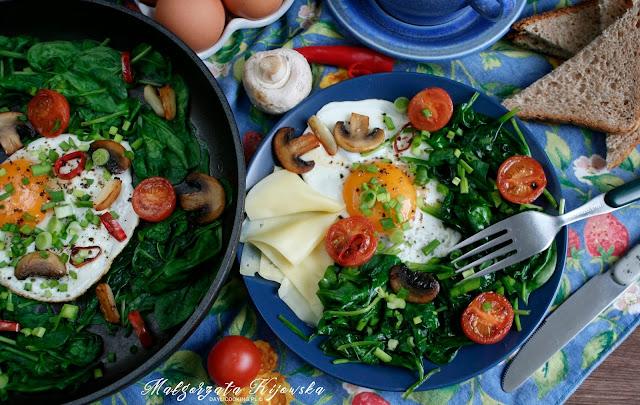 jak zrobić jajka sadzone, śniadanie na gorąco, ciepłe śniadanie, kolorowe danie na śniadanie i kolację, daylicooking
