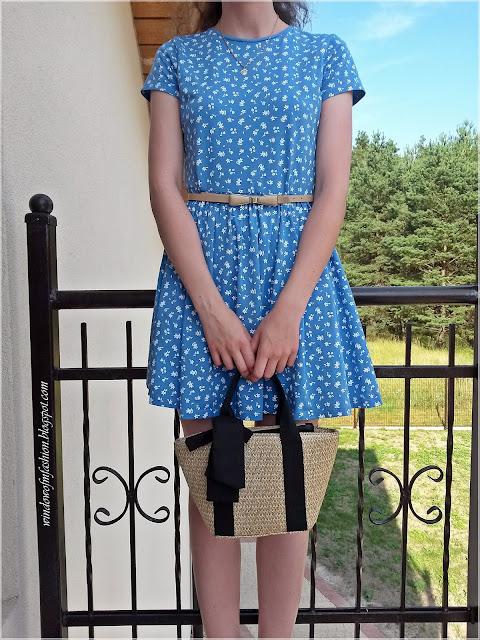 Niebieska sukienka w białe kwiatki, beżowy pasek, torebka koszyk