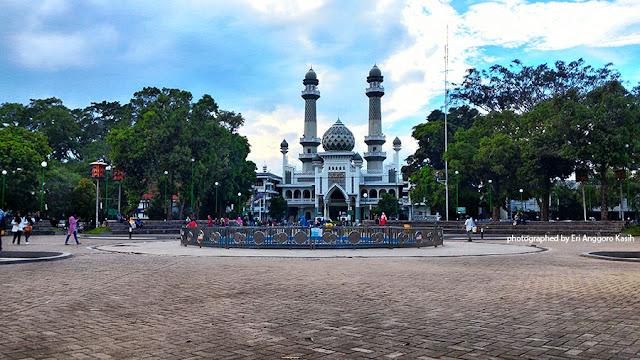 Alun-alun Kota Malang luas, asri dan bebas pedagang.