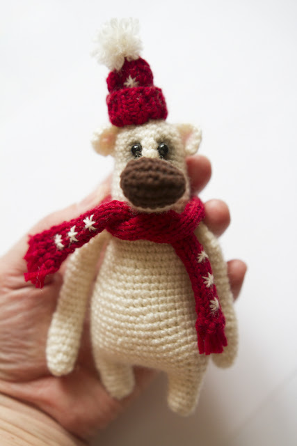 мишка в шарфе со снежинками