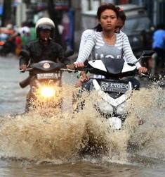 3 Tips Penting Saat Menerobos Banjir Bagi Sepeda Motor