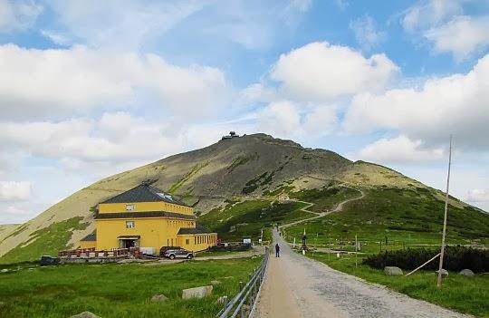"""Schronisko Górskie """"Dom Śląski"""" (1400 m n.p.m.) pod Śnieżką."""