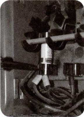 Instalaciones eléctricas residenciales - Acomodando fusible en mordaza