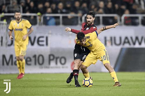 Paulo Dybala melakukan duel dengan pemain Cagliari