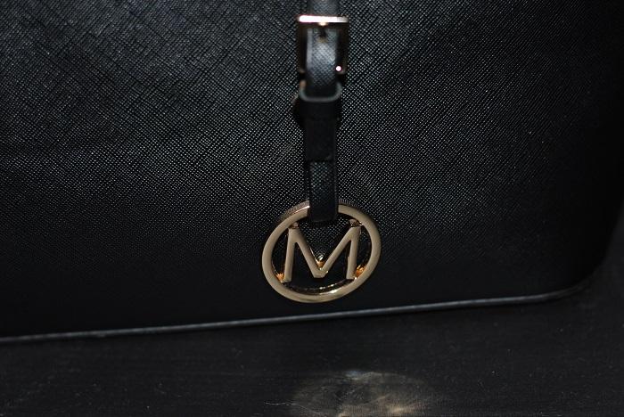 339880b123abd Niżej na zdjęciu oryginalny znaczek. Jak widzicie posiada obie literki MK,.  napis Michael Kors ...