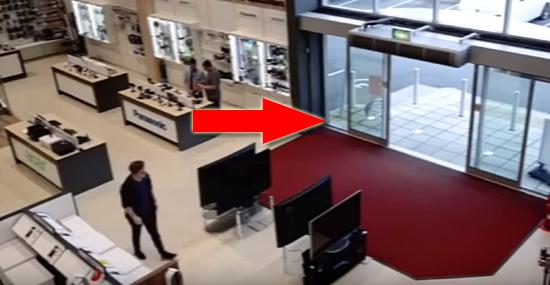 Cliente desastrado derruba TVs e causa prejuízo de R$ 20 mil