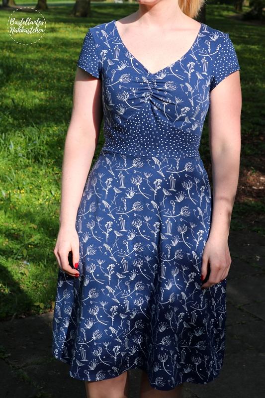 Kleid SummerDress mit Raffung von FinasIdeen aus Bio Jersey Grasblumen und Dotties (marine) von Stoffonkel DIY Nähblog