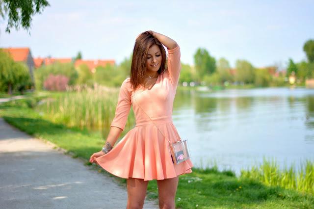 Morelowa sukienka  - Czytaj więcej