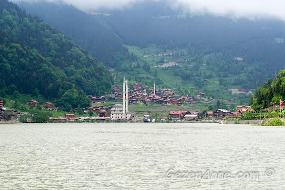 Uzungöl'de dağlar arasında yüksek minareli beyaz cami, Trabzon